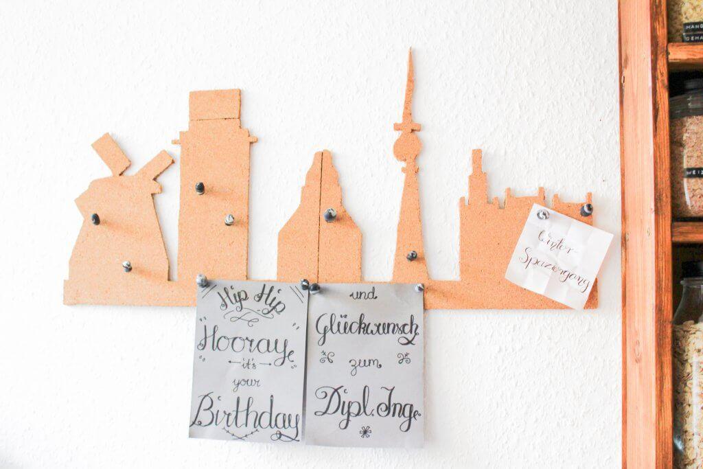 Städtepinnwand mit marmorierten Pinnnadeln DIY zum selber machen