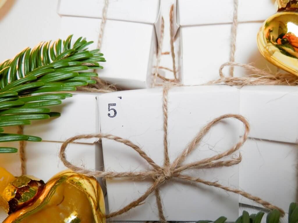 kleine Päckchen Adventskalender im schlichten Stil
