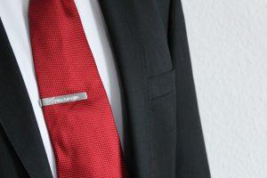 DIY personalisierte Krawattenklammer als Geschenk für den Trauzeugen