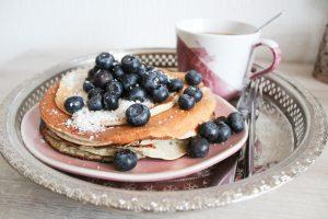 Rezept für Kokospancakes mit Heidelbeeren. Perfekt zum Frühstück