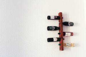 DIY Anleitung für ein schwebendes DIY Weinregal zum selber machen für 6 Weinflaschen.