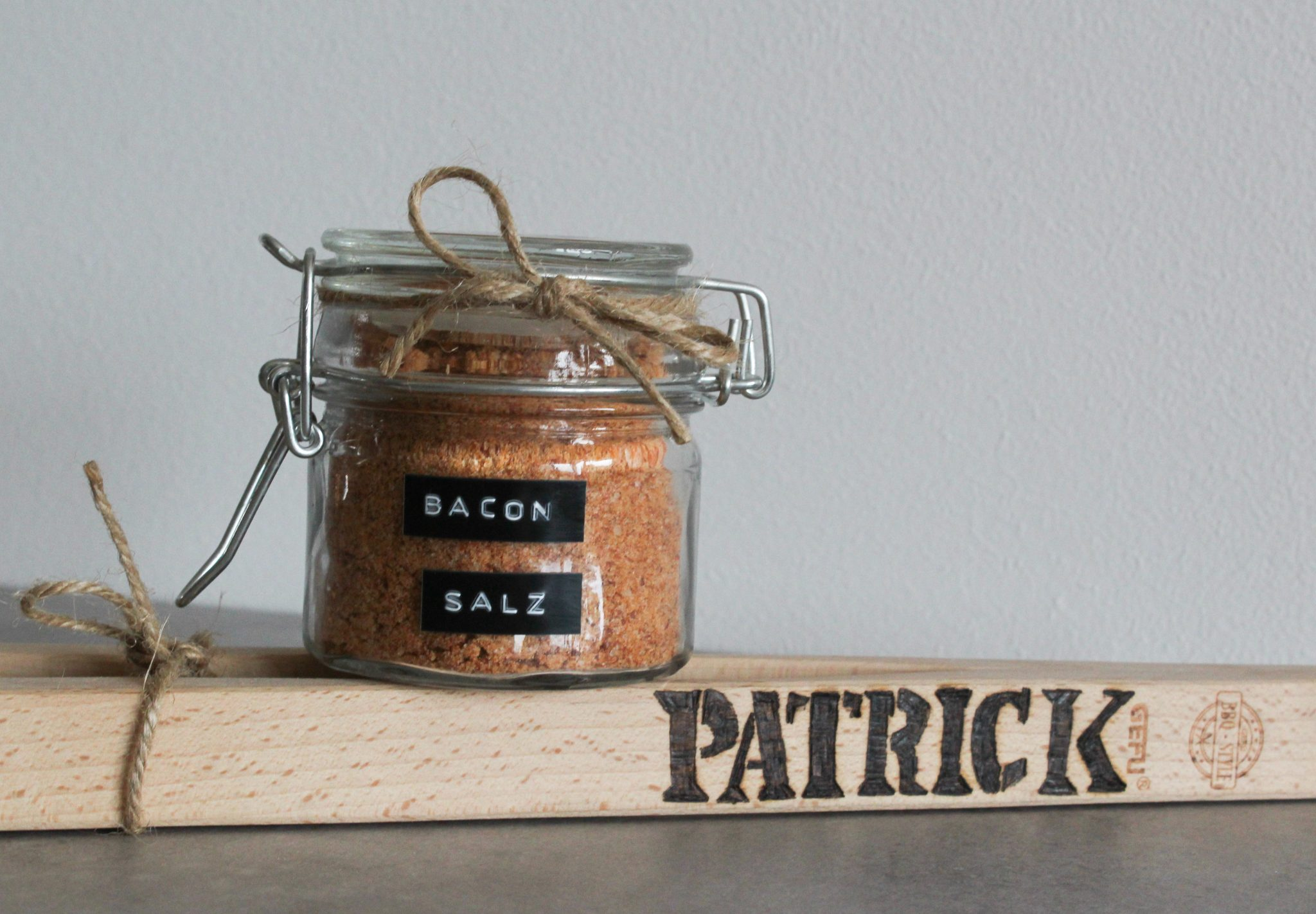 Personalisierte Grillzange mit Bacon-Salz